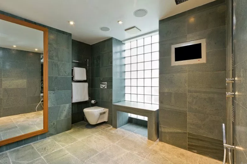 Victor Wharf– Private. - Modern Bathroom